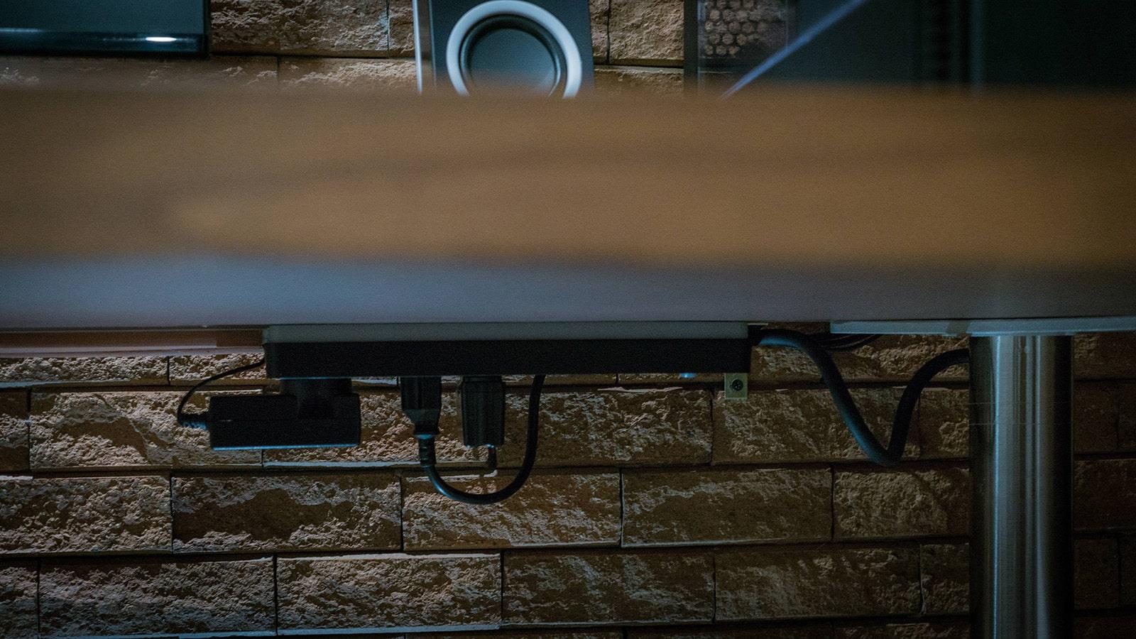 Gestión De Cables Por Debajo De La Mesa